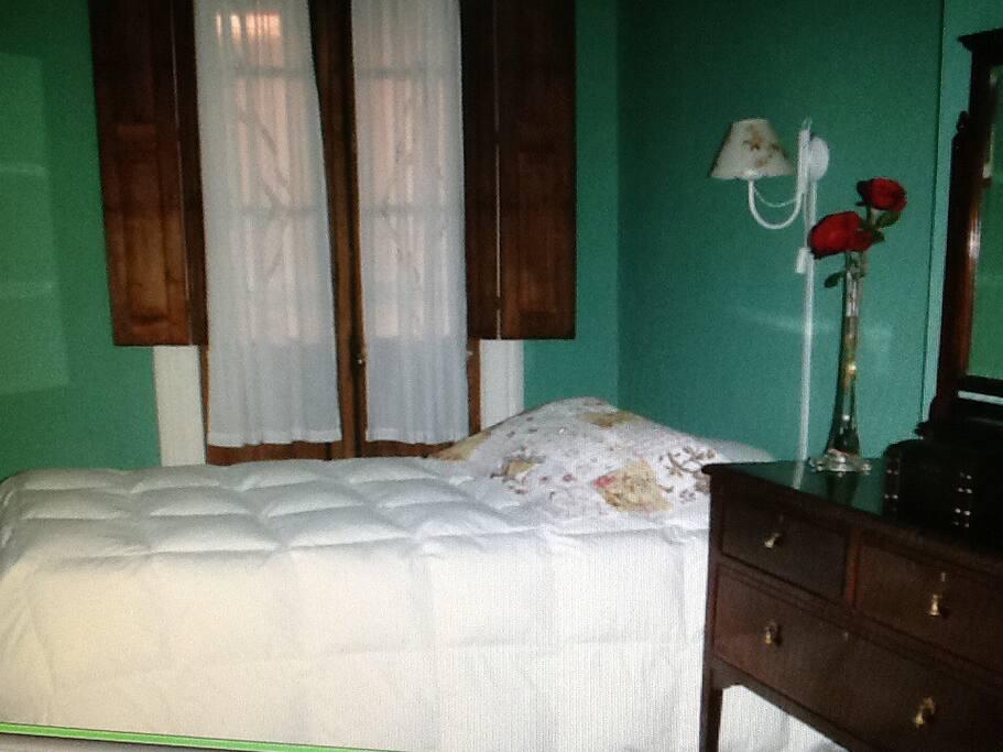 Los cuartos son funcionales, luminosos y coloridos, dobles, matrimoniales o triples