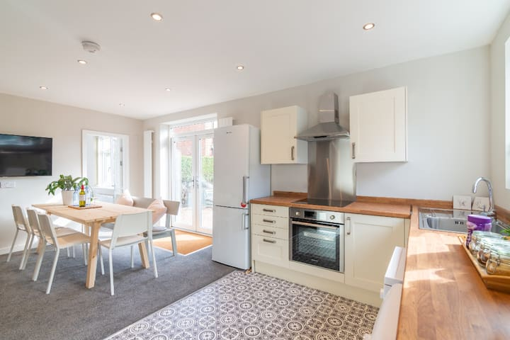 Luxury , Spacious 6 Bedrm holiday home  Manchester