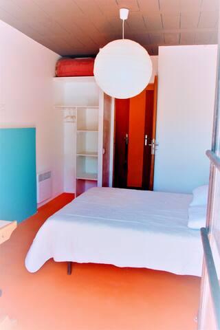 Chambre n°1 de couple à grand lit à l'étage du bas, avec armoire, bureau