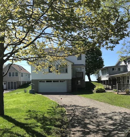 Spacious Cottage on Beautiful Lake Erie!
