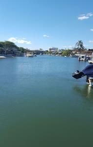 The Wonderful Waterfront - Hus