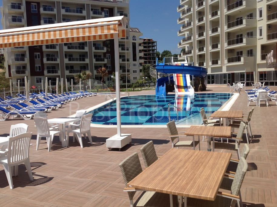 Наружный бассейн с аквапарком