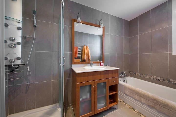 La première des 4 salles de bain de l'appartement. Celle-ci comprend douche et baignoire.