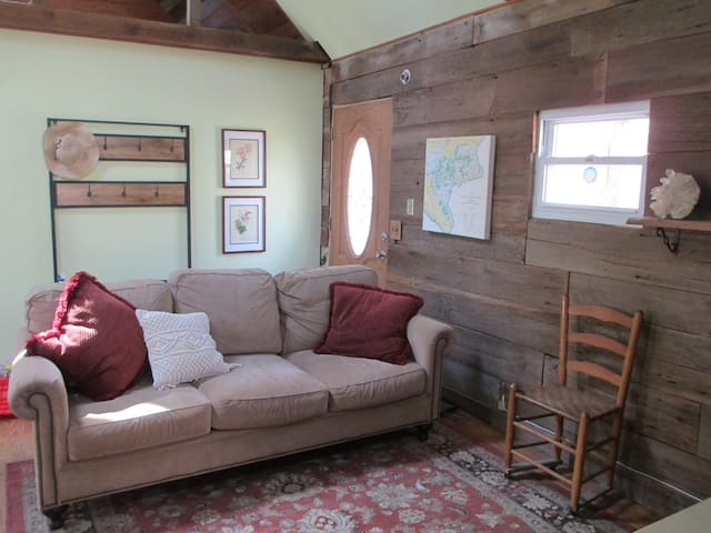 Dancing Bear Cottage, your Wild Woodland Retreat!