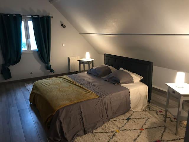 grande chambre lit king size jolie coiffeuse petit salon