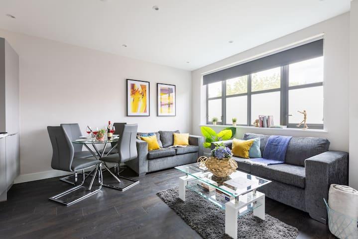 homely - Watford Premier Apartment (Warner Bros)