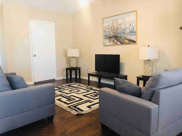 Nice Comfy Home- 20 minutes from Downtown