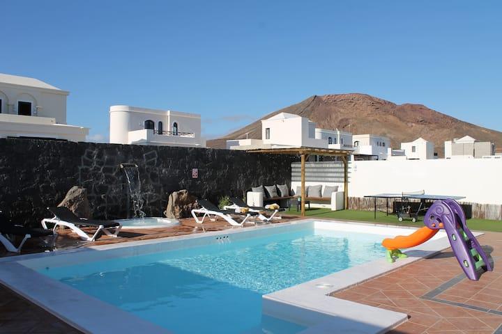 Beautiful new Villa-pool Heated-SkyTv-Wifi-AirCon