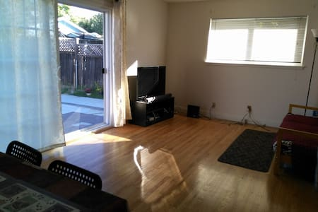 Quiet Private room in a sunny 3B2B house(欢迎!) - Milpitas - Huis
