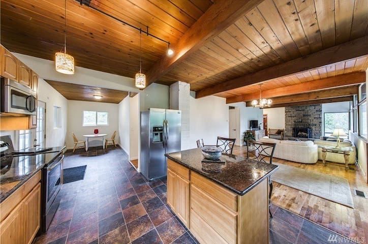 The Modern Cabin: Warm & Welcoming Room - Bremerton - House
