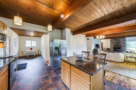 The Modern Cabin: Warm & Welcoming Room - Bremerton - Hus