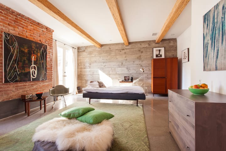 Silver Lake Pied-a-Terre / Private Guest Suite