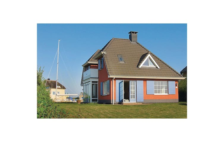 Holiday cottage with 4 bedrooms on 200m² in Stavoren
