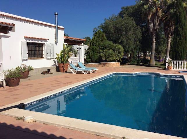 Zonnig, vrijstaand gelegen vila met zwembad. - Sant Joan de Labritja - Bed & Breakfast