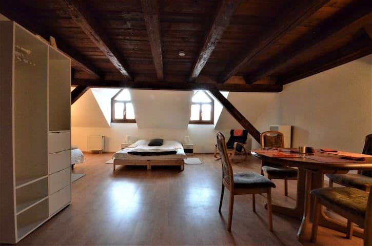 Studio dans maison ancienne, en vieille-ville