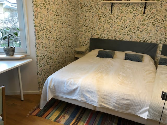 Room in spacius flat. 15 min from Södermalm!