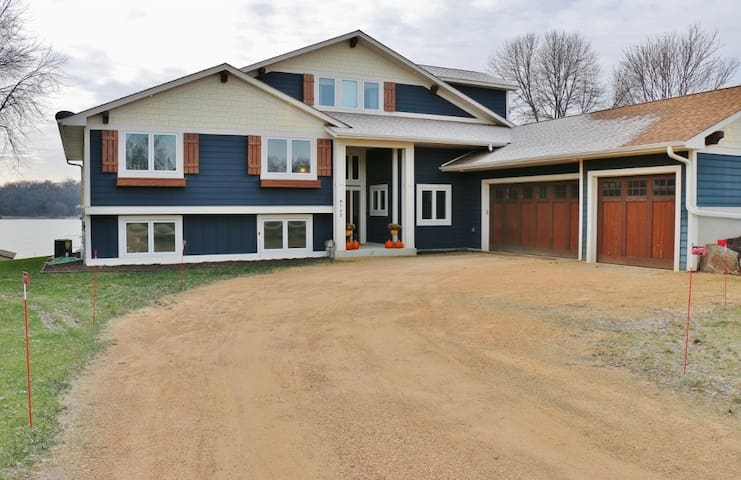 Beautiful 3 or 6 Bedroom Lakeshore Home in Waconia - Waconia