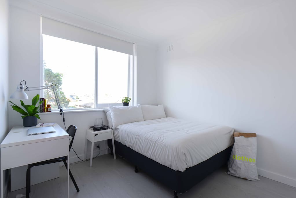 Spacious room with double bed, desk & storage