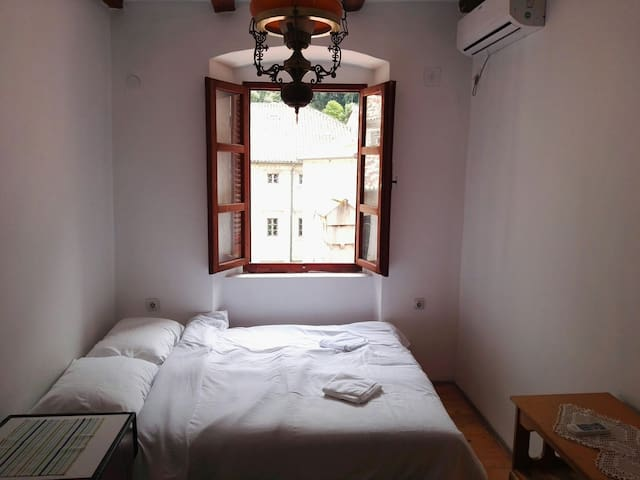 Bright room with AC in the Old town (3 people) - Kotor - 公寓
