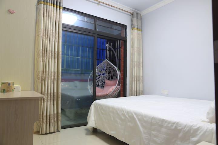 卧室二:室外阳台,可休闲、晾晒衣物,还可烘干消毒衣物。