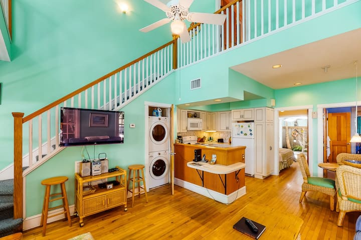 Classic Key West living w/ a full kitchen, balcony, & shared pool