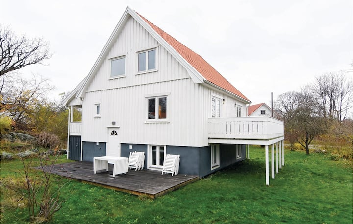 Beautiful home in Nordkoster with 5 Bedrooms