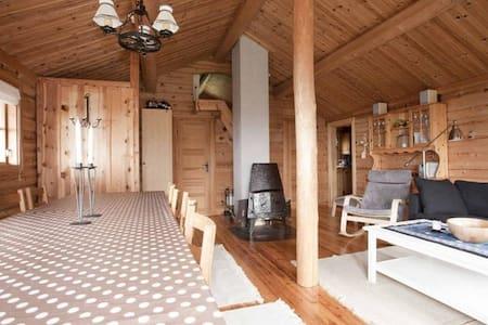 Koselig laftet hytte nært skitrekk på Gullingen - Sand