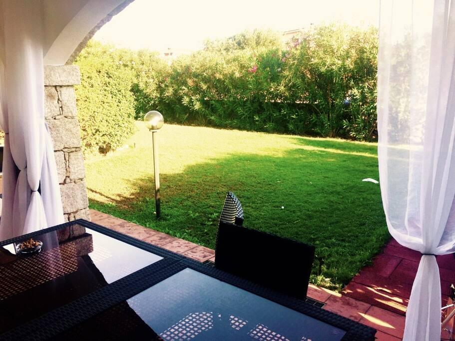 Vista giardino da tavolo esterno