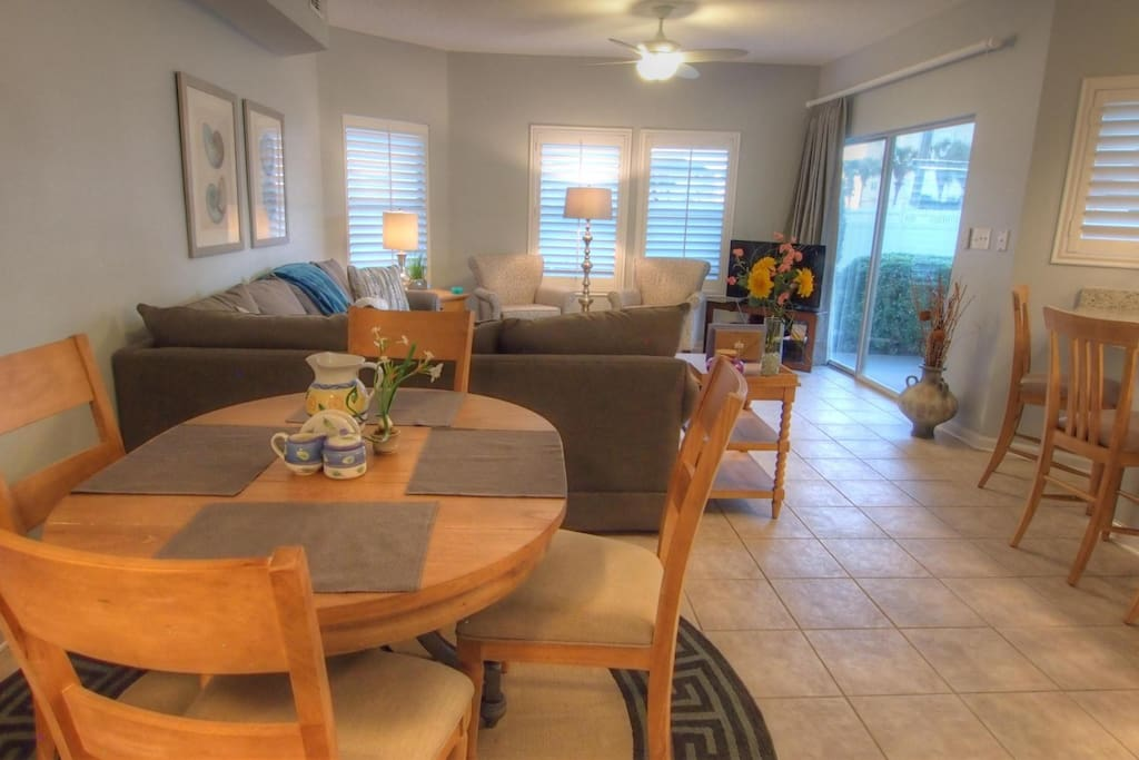 Bright living area - Plenty of seating at the dinning table with several bar stools. Great area to entertain your family and friends while on vacation!