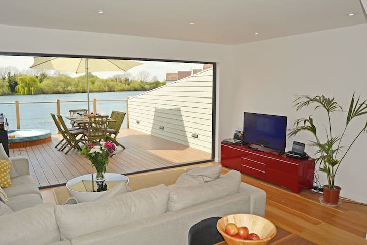 Stylish New England lakeside retreat in the Cotswold Water Park with hot tub
