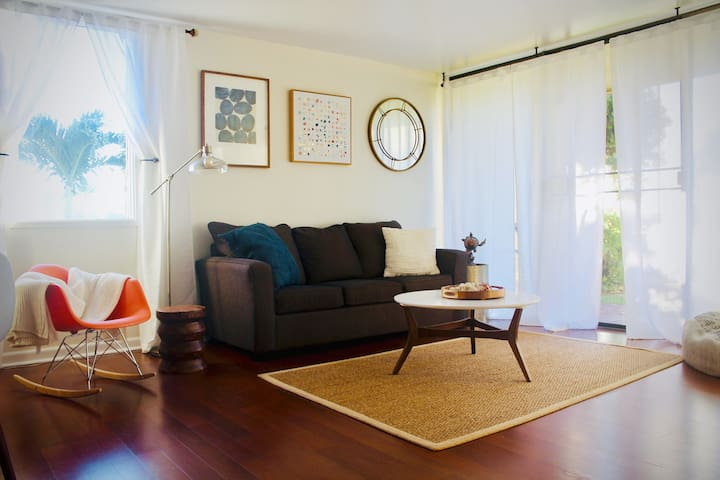 Cozy couch with beautiful views of the golf courses at Turtle Bay as well as the mountains in the distance. The tv features cable and Netflix.
