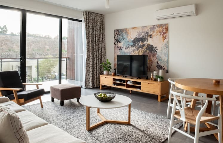 Scandi-styled Holiday Home Near Airport + Netflix