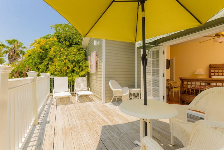 Two Bedroom Balcony Villa steps from Duval St!