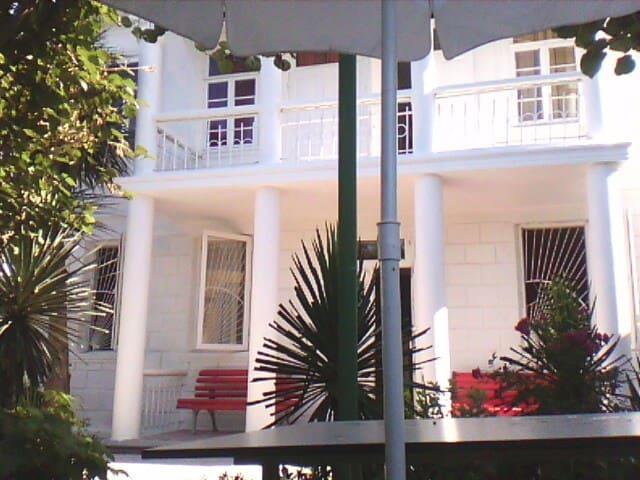BATUMI.  WHITE GUEST HOUSE.  MAKHINJAURI - Batumi - Gæstehus