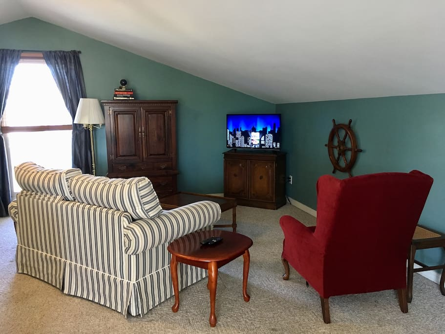 Comfortable living room with a Flat screen and Roku set up with Netflix (no cable)