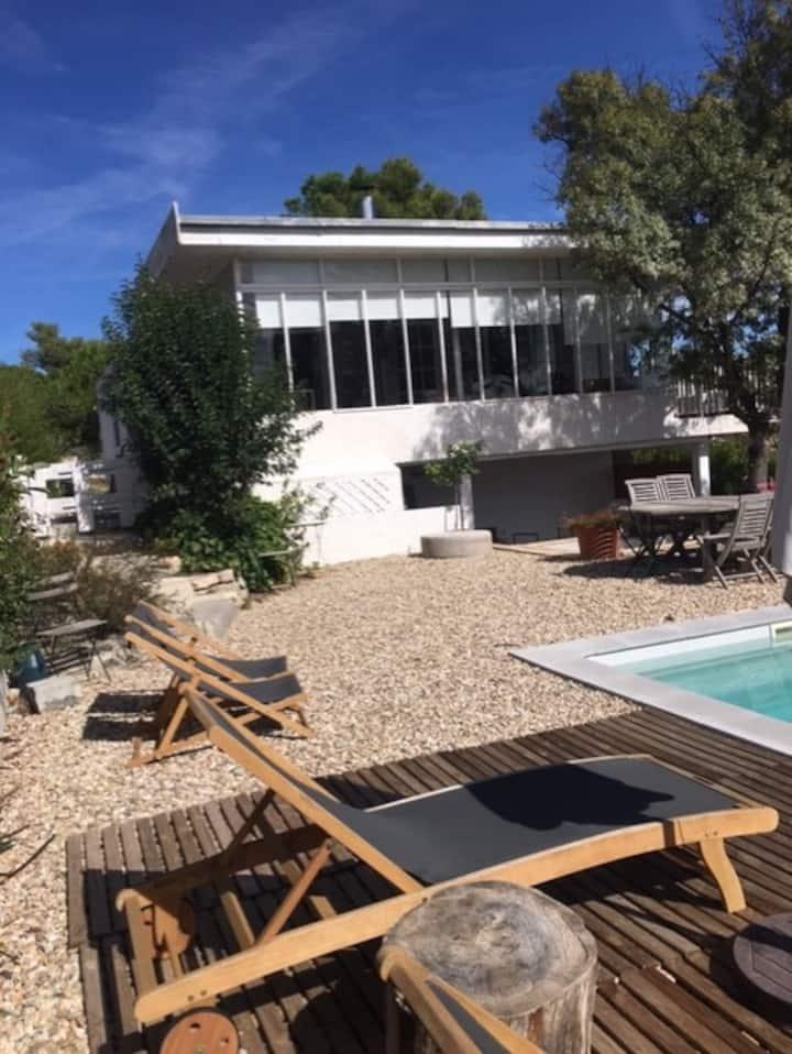 Jolie maison atypique, piscine, très bien située.