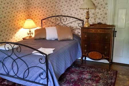 1-Private room - Historic 207 Yr Home Families OK!