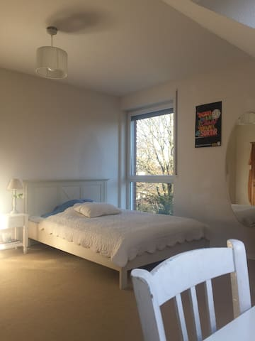 Bright bedroom close to the fair with breakfast - Ratingen - Haus