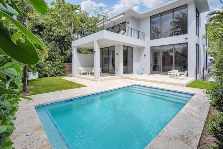 Modern villa with pool in the Grove, must seen!