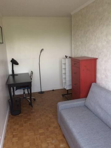 Paris, private room, metro line 5