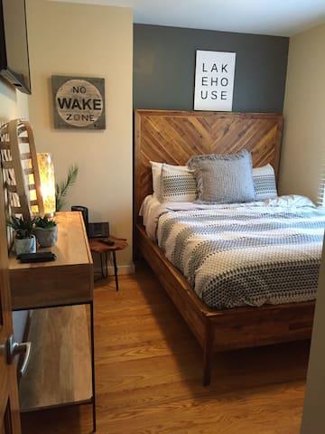 Guest room - lower level- queen bed