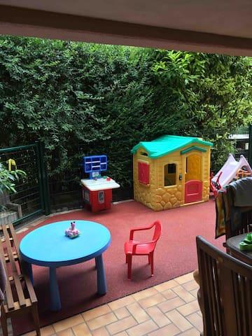 Air de jeu attenante à la terrasse commune  Mais vos enfants seront toujours sous votre responsabilité ..  un partage sous le signe de la convivialité ..