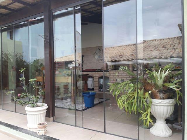 área gourmet totalmente indevassavel e protegida por portas de blindex