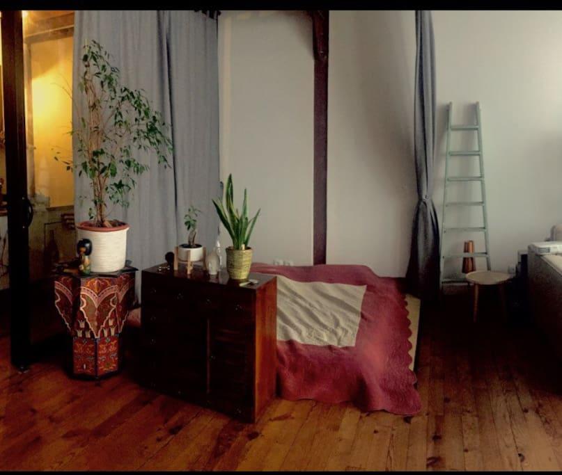 Lit futon très confortable et moelleux (possibilité de fermer par des rideaux