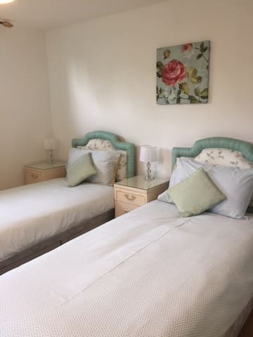 sous sol twin bedded room with bathroom