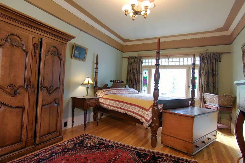 The Palmer room features a spacious Queen bed with a great garden view