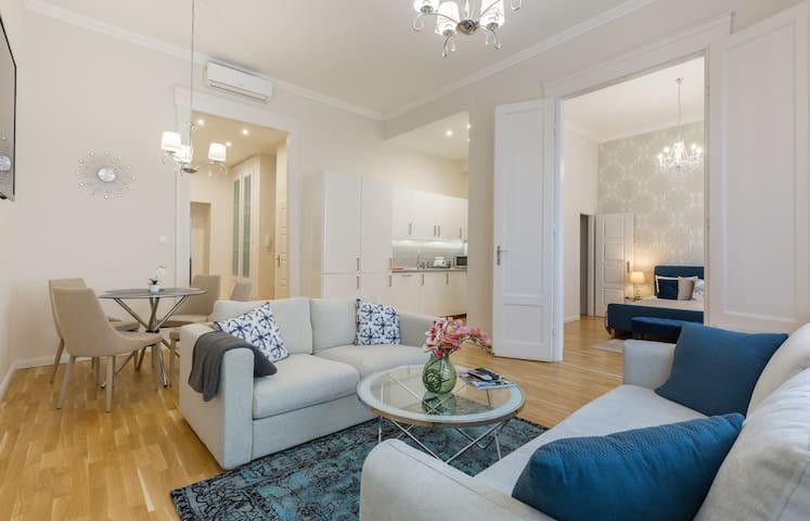 Elegant & Spacious Apartment In The ❤️ Of Budapest