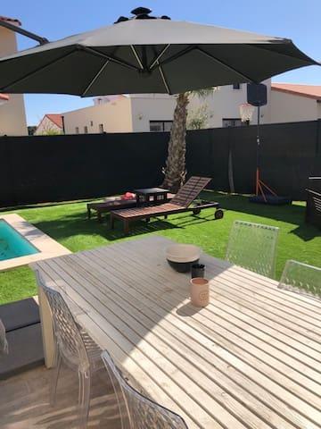 Villa neuve avec piscine entre ville et mer