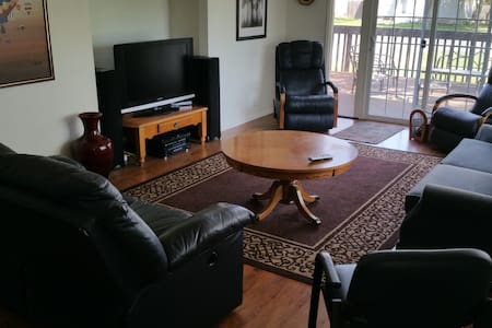Sleeps 10 And Only 7 Minutes From Downtown - House