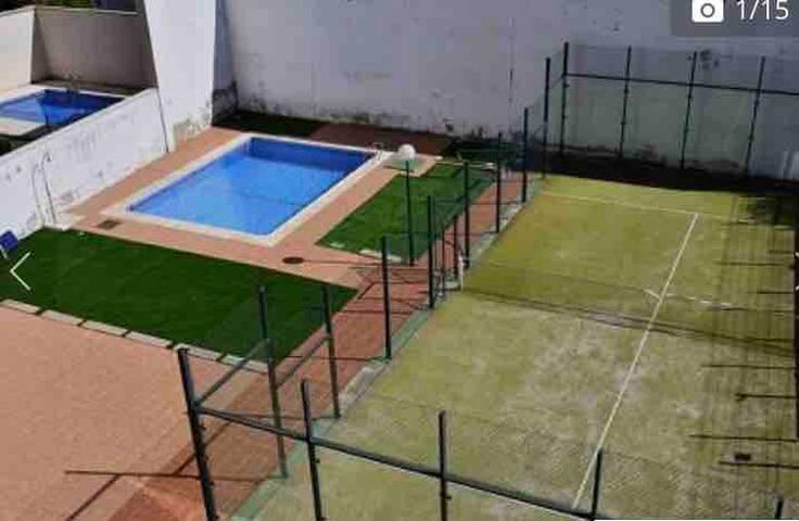 Estudio moderno en residencial con piscina